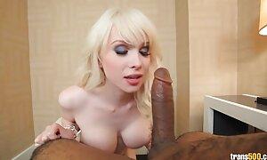 Skinny babe baisée avec les doigts dans film porno x américain le cul