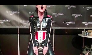 Brune à gros cul et gros seins se masturbe film gratuit porno français avec plusieurs godes.