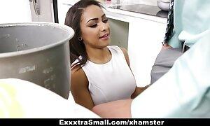 StrapOn-Euphrates porte un bracelet vidéos x française gratuite en caoutchouc rouge.