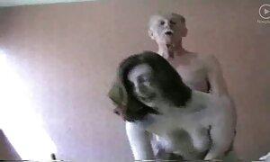 Une infirmière en latex film porno francais expérimente avec une poupée en caoutchouc sur un patient mental K-La!
